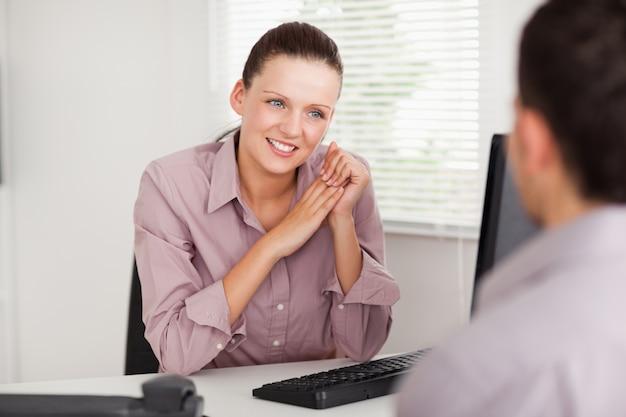 Mujer de negocios hablando con el cliente