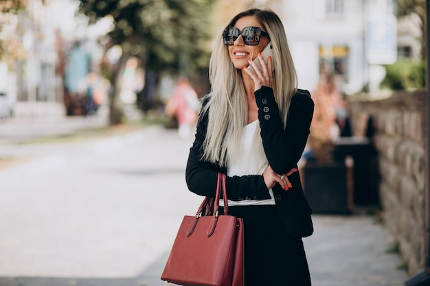 Mujer de negocios hablando por teléfono en la calle