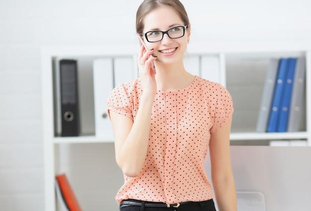 Mujer de negocios hablando por teléfono en el trabajo en la oficina