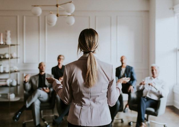 Mujer de negocios, hablar, en, un, seminario