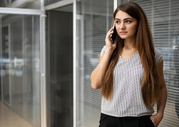 Mujer de negocios, hablar teléfono