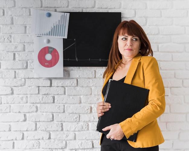 Mujer de negocios, hacer, cuarto, revisión