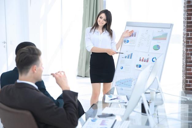 Mujer de negocios haciendo un informe a la presentación del negocio. el concepto de negocio.