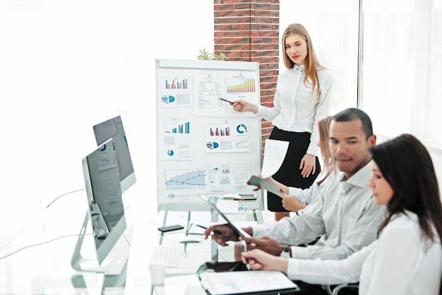 Mujer de negocios haciendo presentación a socios comerciales