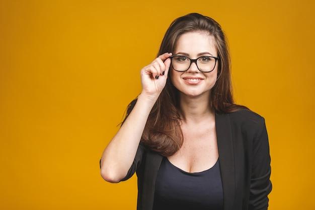 Mujer de negocios hermosa joven feliz en anteojos mirando