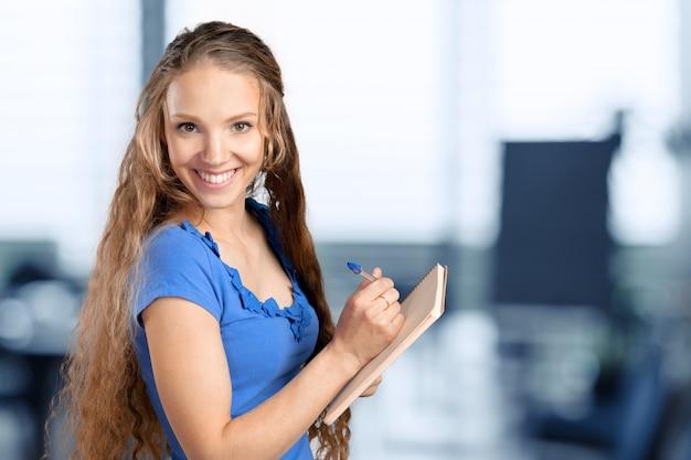 Mujer de negocios hermosa joven sonriente feliz con el tablero