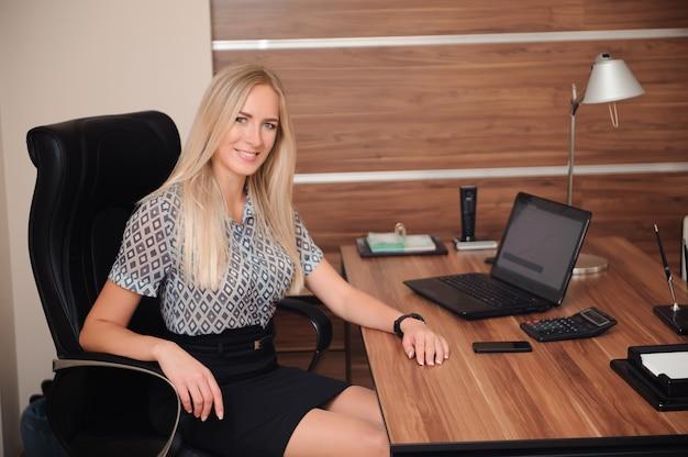 Mujer de negocios hermosa que trabaja con ventas en su oficina