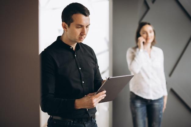 Mujer de negocios y hombre de negocios colegas que trabajan en la computadora portátil
