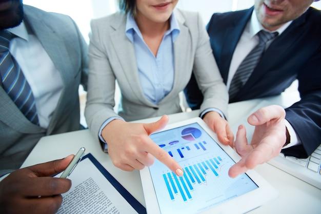 Mujer de negocios indicando el aumento de las ventas