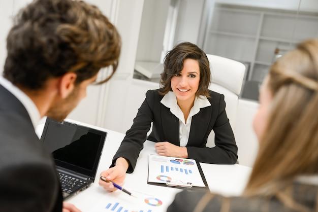 Mujer de negocios inteligente explicando un gráfico