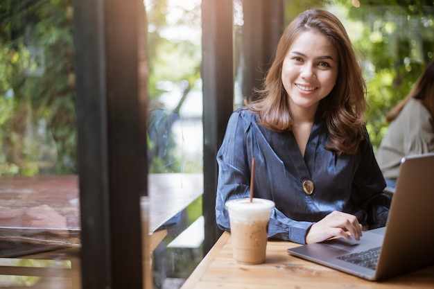 Mujer de negocios inteligente está trabajando con la computadora