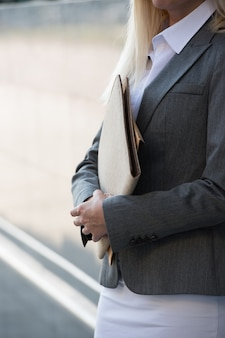 Mujer de negocios irreconocible con informes