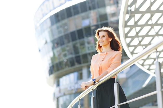 Mujer de negocios joven, atractiva y exitosa, con confianza en el futuro.