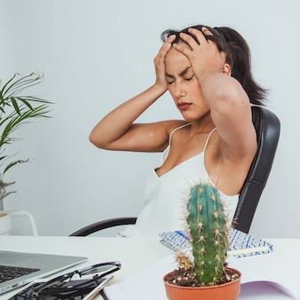 Mujer de negocios joven cansada tras el trabajo duro