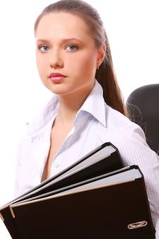 Mujer de negocios joven con carpetas