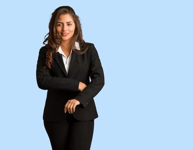 Mujer de negocios joven de cuerpo completo pensando en una idea