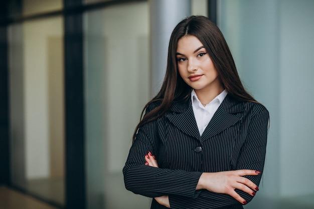 Mujer de negocios joven dentro de la oficina