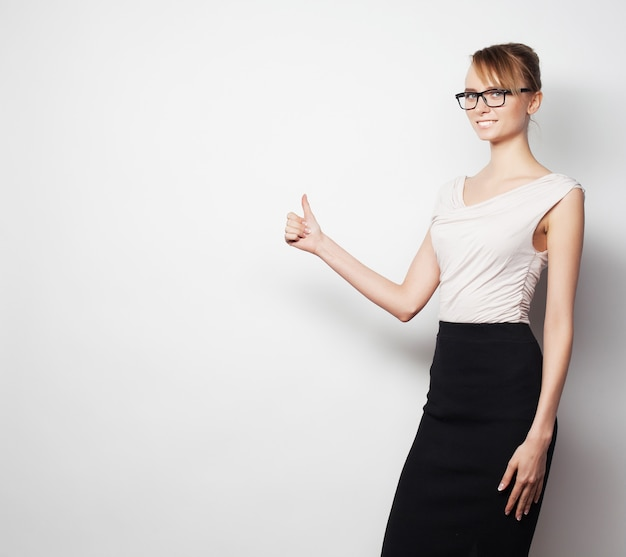 Mujer de negocios joven muestra algo