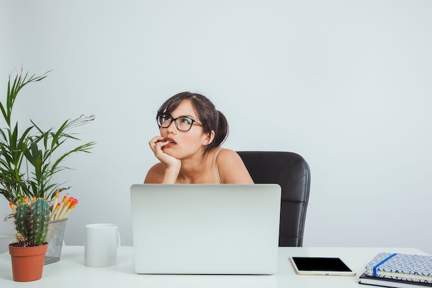 Mujer de negocios joven pensando y trabajando