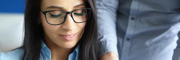 Mujer de negocios joven presentará una conversación de negocios con un colega de trabajo