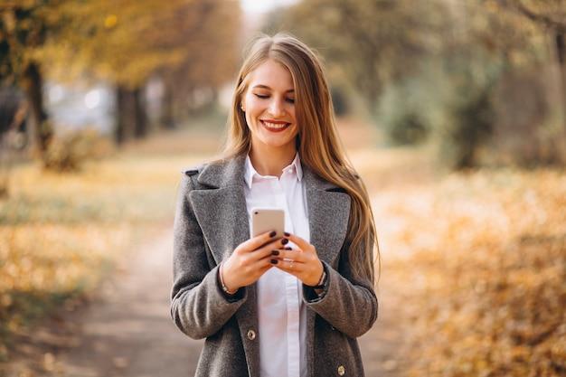 Mujer de negocios joven que habla en el teléfono