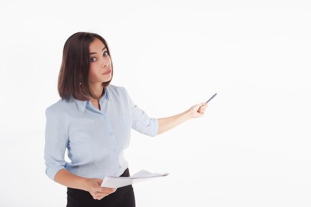 Mujer de negocios joven que muestra algo posando