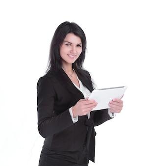 Mujer de negocios joven que muestra con tableta digital. aislado sobre fondo blanco