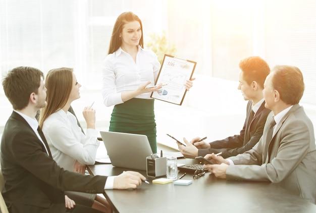 Mujer de negocios joven que ofrece nuevas ideas para una reunión de negocios.foto con espacio de copia