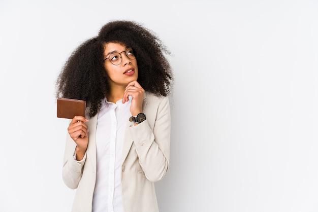 Mujer de negocios joven que sostiene un coche de crédito