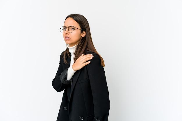 Mujer de negocios joven de raza mixta aislada en la pared blanca que tiene un dolor de hombro.