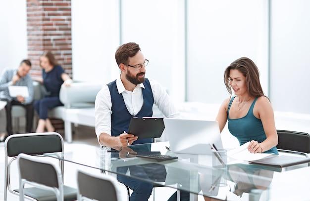 Mujer de negocios joven sentada en su escritorio