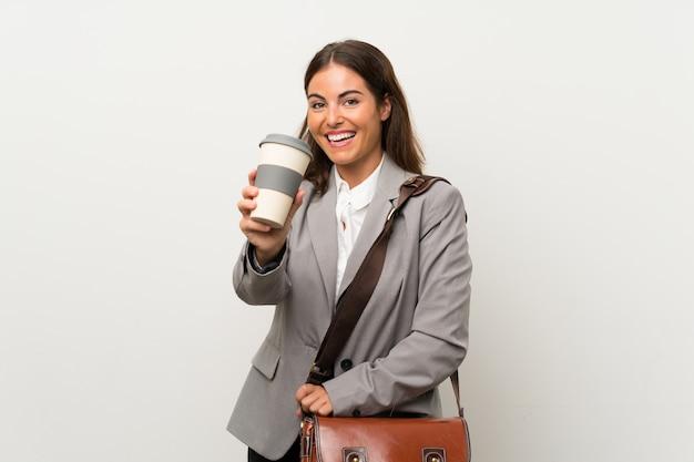 Mujer de negocios joven sobre la pared blanca aislada