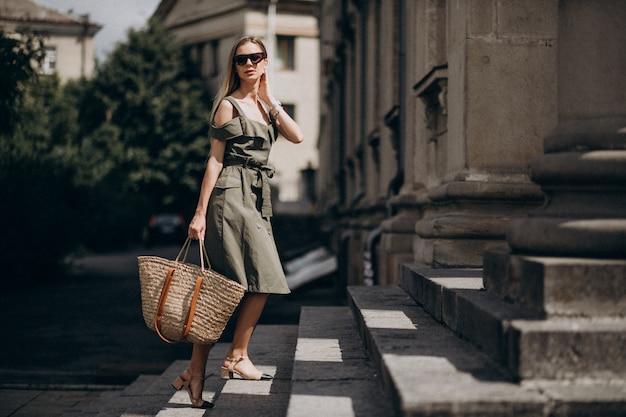Mujer de negocios joven subiendo las escaleras
