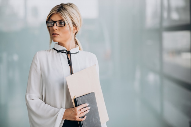Mujer de negocios joven en traje elegante en la oficina