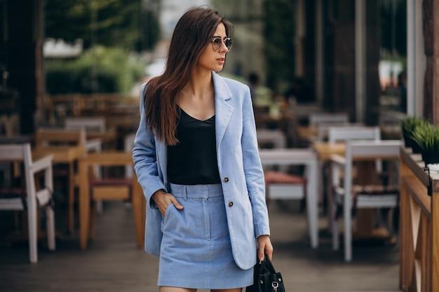 Mujer de negocios joven vestida con traje azul