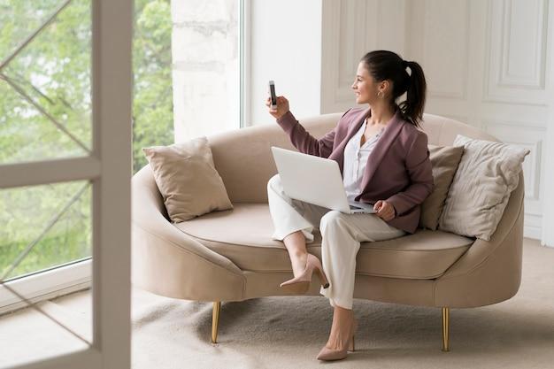 Mujer de negocios joven con una videollamada