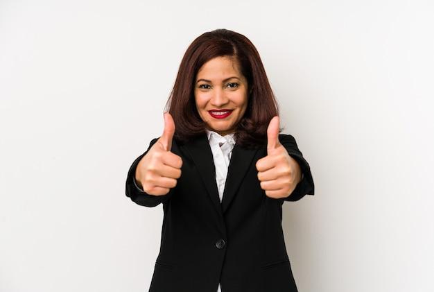 Mujer de negocios latina de mediana edad aislada con pulgares arriba, aplausos por algo, concepto de apoyo y respeto.
