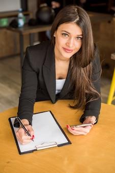Mujer de negocios leyendo documento