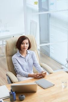 Mujer de negocios en el lugar de trabajo
