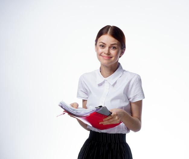 Mujer de negocios en la luz de la oficina del administrador de documentos de camisa blanca