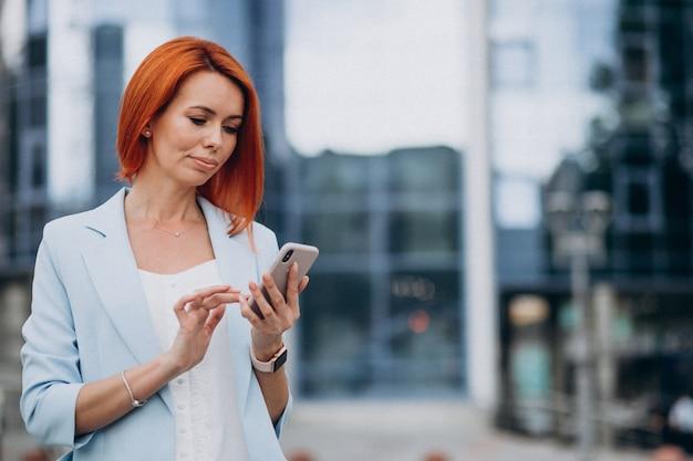 Mujer de negocios maduros hablando por teléfono