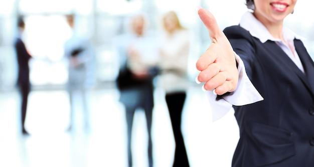 Mujer de negocios, con, mano extendida, para, apretón de manos