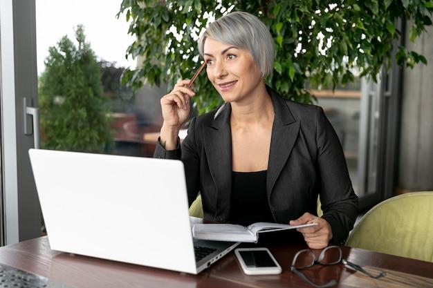 Mujer de negocios de maqueta trabajando