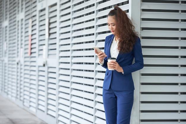 Mujer de negocios de mensajes de texto