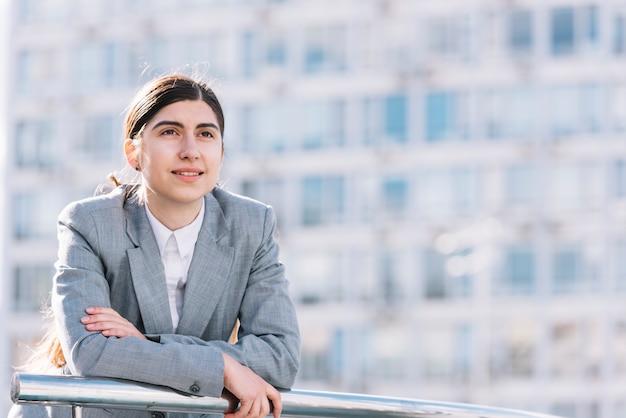 Mujer de negocios mirando al aire libre