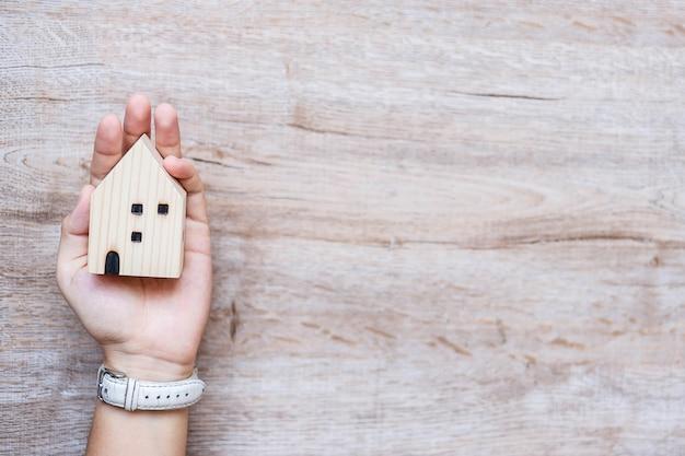 Mujer de negocios con modelo de casa de madera