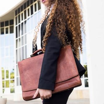 Mujer de negocios moderna con bolsa