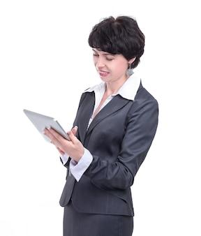 Mujer de negocios moderna leyendo texto en una tableta digital