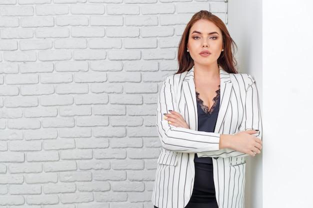 Mujer de negocios moderna en la oficina con espacio de copia