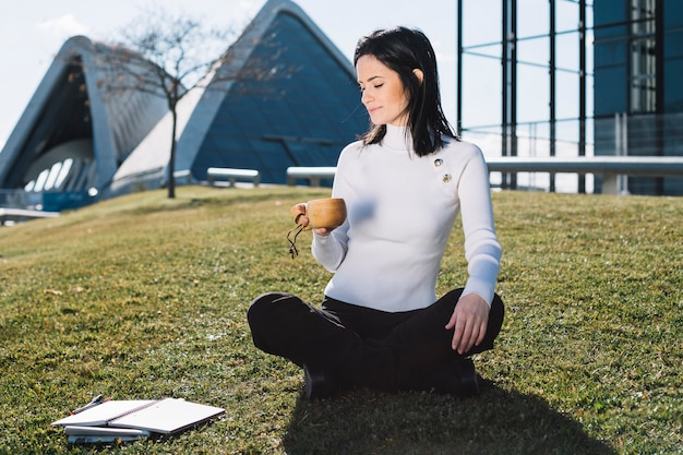 Mujer de negocios moderna relajando en colina